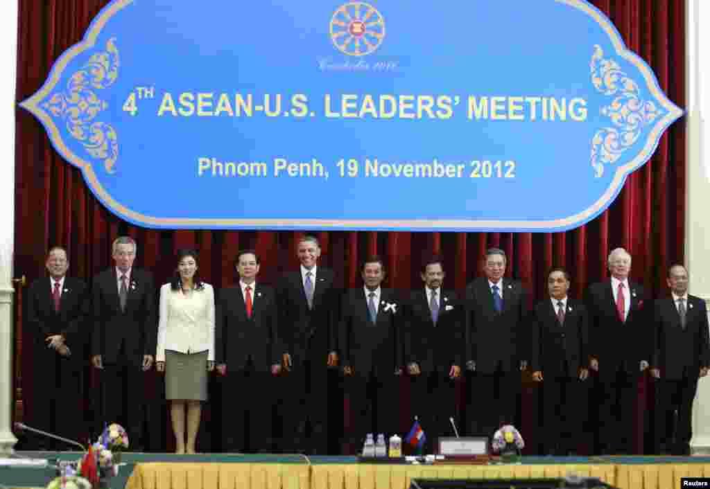 Barack Obama (lima dari kiri)berfoto bersama pemimpin ASEAN di konferensi ASEAN di Istana Perdamaian, Phnom Penh (19/11).