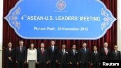 参加东盟峰会的东盟各国领导人和美国总统奥巴马