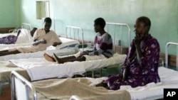 Para pasien di Uganda dirawat di sebuah rumah sakit di Uganda akibat serangan virus ebola (28/7). Sedikitnya 14 tewas akibat wabah virus mematikan ini.