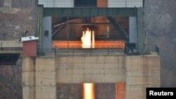 북한이 서해위성발사장에서 신형 고출력 로켓엔진 지상분출실험을 실시했다고 조선중앙통신이 지난 3월 보도했다.