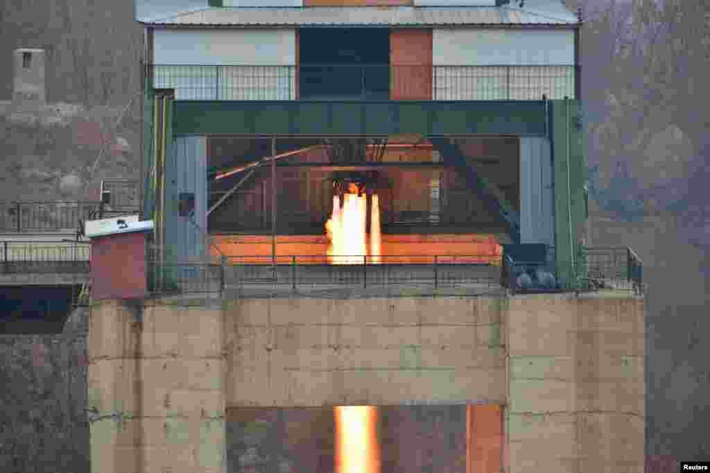 북한이 서해위성발사장에서 신형 고출력 로켓엔진 지상분출실험 현장을 실시했다고 19일 조선중앙통신이 보도했다.