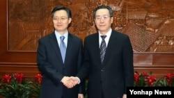 한국 측 6자회담 수석대표인 황준국 외교부 한반도평화교섭본부장이 지난해 4월 베이징에서 중국 측 6자회담 수석대표인 우다웨이 한반도사무특별대표와 북한 핵 문제를 협의했다. (자료사진)
