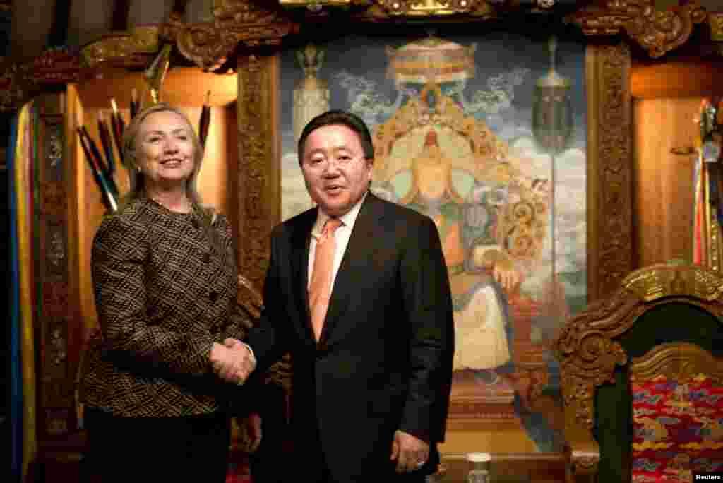 Mongolia Clinton se reunió en mongolia con su presidente y con grupos de mujeres para promove rlos avances democráticos del país.