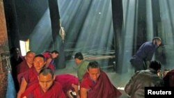 Para bhiksu Tibet berkumpul untuk bersembahyang di kuil Budha Labrang, provinsi Gansu, Tiongkok (foto: dok).