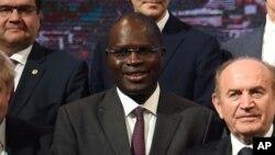 Le maire de Dakar, Khalifa Sall, le 2e à droite, lors de la Conférence sur le climat à Paris, France, le 4 décembre 2015.