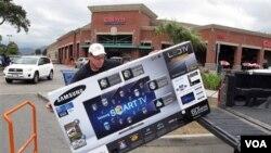 Seorang pembeli dari Los Angeles berbelanja di pusat grosir Costco di Glendale, California. Tingkat pertumbuhan ekonomi AS mempengaruhi tingginya minat belanja masyarakat AS (27/2).