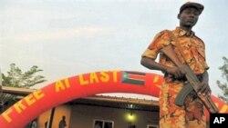 Wani sojan Kudancin Sudan yana gadi a kofar cibiyar aladu dake birnin Juba bayan zaben raba gardama na tsawon mako guda, 16 Jan 2011.