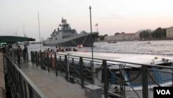 停在圣彼得堡涅瓦河上准备参加今年海军节的俄罗斯新型护卫舰,是俄罗斯出口印度护卫舰的升级版。(美国之音白桦拍摄)
