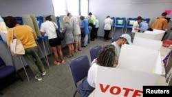 Жители города Каррборо в Северной Каролине голосуют на выборах в октябре 2016 года (архивное фото)