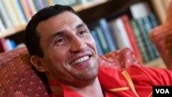 Petinju Ukraina Wladimir Klitschko tersenyum dalam konferensi pers di Going, Austria, November lalu. Ia harus membatalkan pertarungan Sabtu ini dengan petinju Inggris Dereck Chisora akibat cedera otot.