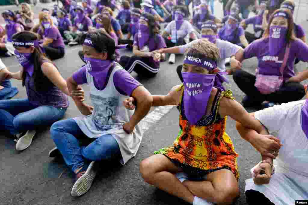 Mulheres ocupam uma rua de Manila no Dia Internacional da Mulher. Filipinas 8 de Março, 2020