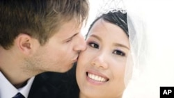 Studi menunjukkan kesehatan pasangan meningkat dalam perkawinan yang bahagia. (Photo: AP)