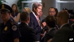 El secretario de Estado, John Kerry, habla con los periodistas en el Capitolio.