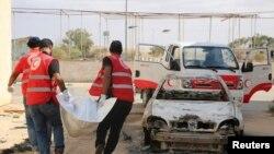 Nhân viên tổ chức Trăng Lưỡi Liềm Đỏ mang xác của những người thiệt mạng trong trận giao tranh giữa lực lượng ủng hộ chính phủ và nhóm Hồi giáo chủ chiến