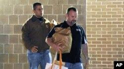 George Zimmerman, izquierda, sale del penal John E. Polk, en Florida, junto a un hombre no identificado, el 22 de abril de 2012, cuando quedó en libertad por primera vez. El jueves pasado, el ex vigilante obtuvo nuevamente libertad bajo palabra.
