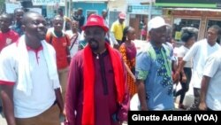 Des travailleurs béninois protestent contre la limitation du droit de grève à dix jours par an à Lomé, Bénin, 13 septembre 2018. (VOA/Ginette Adandé)