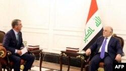 Sekreteri wo Kwivuna abansi w'Amerika Ash Carter( Ibubamfu) n'umushikiranganji wa mbere wa Iraki Haidar al-Abadi, (Iburyo)