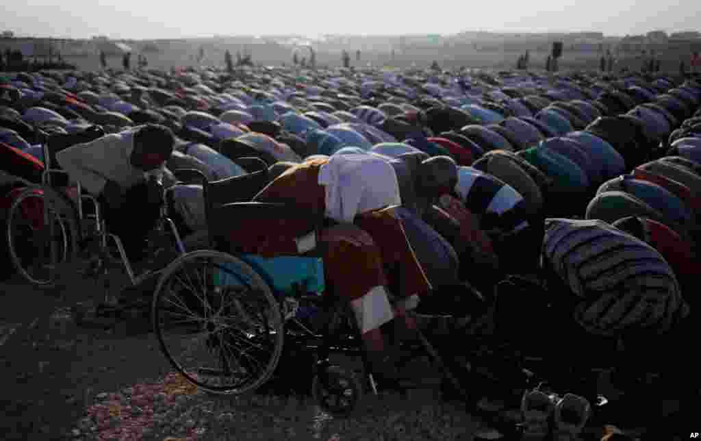 Syrian disabled refugees pray during the Eid al-Fitr holiday at Zaatari Syrian refugee camp in Mafraq, Jordan, August 8, 2013.