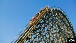 Kereta roller coaster di sebuah taman bermain di AS. (Foto: Dok)
