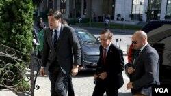 Амбасадорот Бејли со Вес Мичел, Помошник секретар во Стејт департмент
