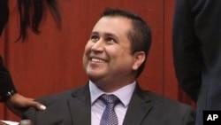 Suçsuz bulunduğu kararını duyan George Zimmerman çevresindekilere gülümserken