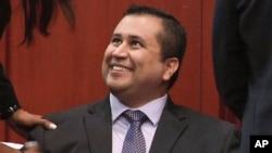 George Zimmerman tersenyum setelah mendengar keputusan tidak bersalah hari Sabtu malam (13/7).