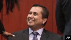 တရား႐ံုးဆံုးျဖတ္ခ်က္အၿပီး Zimmerman ကိုေတြ႔ရစဥ္။ (ဇူလိုင္လ ၁၄ ရက္၊ ၂၀၁၃)