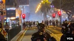 香港警方平安夜在尖沙嘴施放催淚彈驅趕示威者,港人要過一個催淚煙的聖誕節。(美國之音 湯惠芸拍攝)