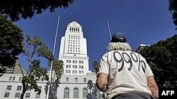 Učesnik demonstracija Okupiraj Los Andjeles Majk Oren stoji ispred Gradske skupštine Los Andjelesa.