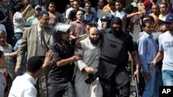 Partidarios del depuesto presidente Mohamed Morsi se habían atrincherado en el templo. La policía detuvo a más de mil personas otras 173 habrían muerto la víspera.