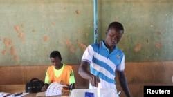 Raia wa Burkina Faso akishiriki uchaguzi wa Jumapili