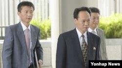 유성일 북한 외무성 과장(가운데)을 비롯한 북한 대표단이 29일 북일 정부간 과장급 회담을 위해 중국 베이징에 있는 주중 일본 대사관으로 들어서고 있다.