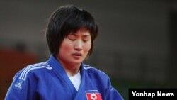 리우 올림픽 여자 유도 48kg급 1회전에서 탈락한 북한 김설미 선수가 침통한 표정을 짓고 있다.