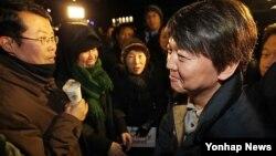 지난 3월 서울에서 열린 탈북자 강제북송 항의 집회에 참석한 정베드로 북한정의연대 대표(왼쪽)와 집회 현장을 방문한 안철수 후보(오른쪽). (자료사진)