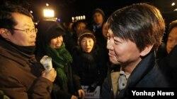 Jung Peter (kiri) dan Ahn Cheol-soo (kanan) saat menghadiri rapat umum protes pengungsi Korut di Seoul Maret lalu. (Foto: dok)