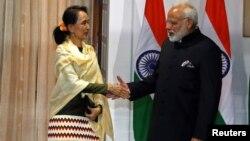 PM India Narendra Modi (kanan) menerima pemimpin Myanmar Aung San Suu Kyi di New Delhi, Rabu (24/1).