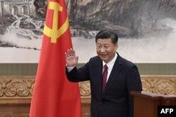 시진핑 중국 국가주석이 지난 25일 베이징 인민대회당에서 새 공화당 지도부를 발표하는 기자회견을 마친 후 손을 흔들고 있다.