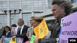 Para korban pelecehan seksual oleh Pastur gereja Katholik melakukan unjuk rasa di Den Haag, Belanda (foto: dok).