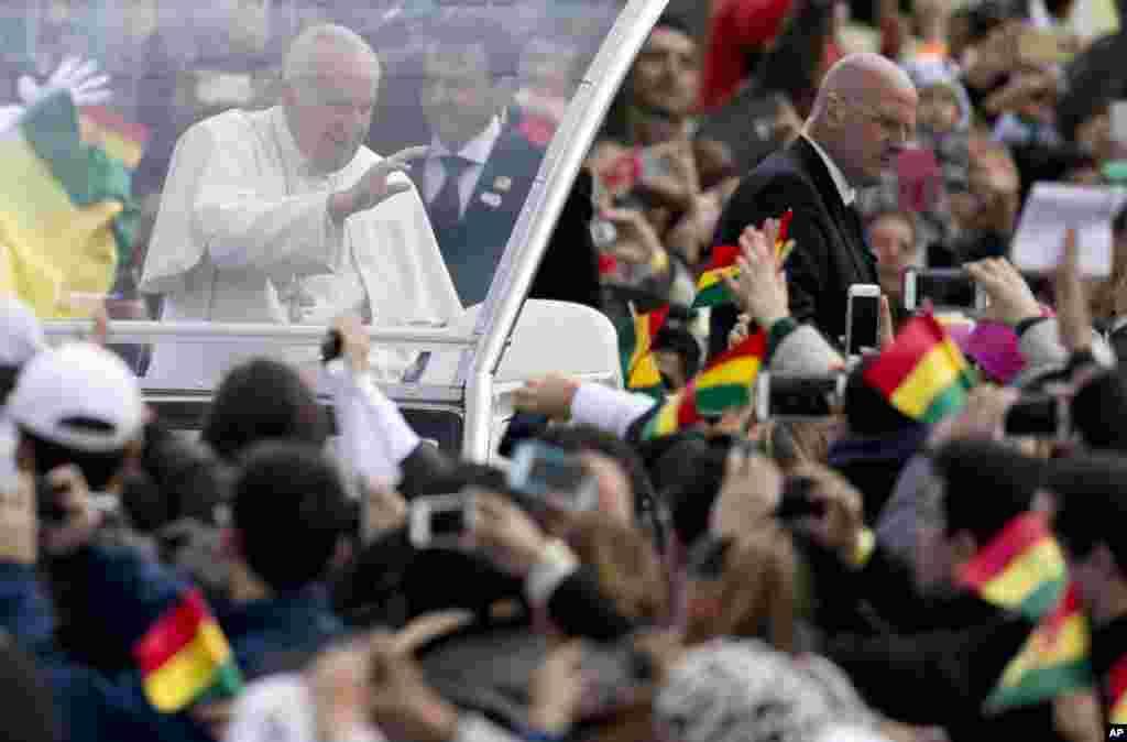 روحانی پیشوا پوپ فرانسس کابولیویا پہنچنے پر پرتباک استقبال کیا گیا۔