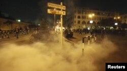 4일 이집트 수도 카이로 대통령궁 주변에서 경찰이 시위대에게 발사한 최루탄 연기가 피어오르고 있다.