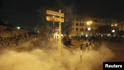 Polisi anti huru hara Mesir menembakkan gas air mata ke arah ribuan demonstran di luar istana kepresidenan hari Selasa (4/12).