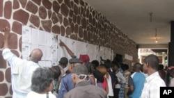 Des électeurs congolais le jour de l'élection du 28 novembre 2011 à Kinshasa