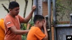 Un enfant pleure la mort de sa soeur à Pedernales, Equateur, le 17 avril 2016.