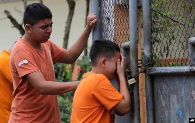 Hai cậu bé khóc khi biết rằng một người chị em gái của các em đã thiệt mạng trong trận động đất, ở thành phố Pedernales, Ecuador, ngày 17 tháng 4, 2016.