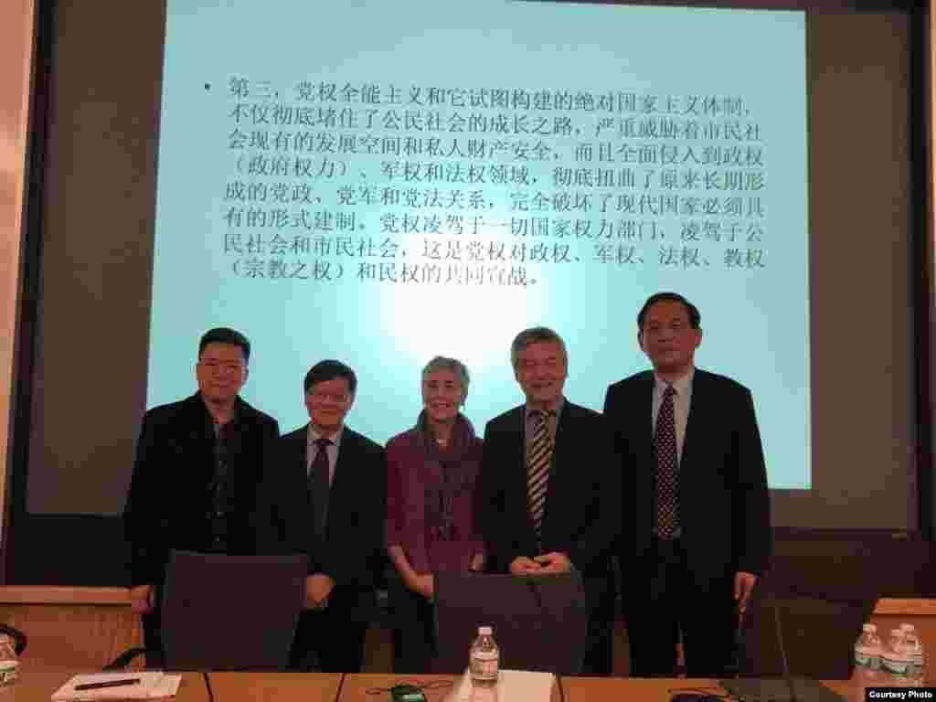 """参加哈佛大学""""改革开放40年:挑战和机遇""""系列研讨会的中国和美国学者,包括荣剑(右一)和贺卫方(右二)(荣剑推特照片)。荣剑11月在接受美国明镜电视台采访时,把中共当局缅怀马克思思想作为今年第三件大事。他说,这是因为马克思提倡社会主义公有制消灭私有制,所以现在中国的民营企业家都是惶惶不可终日。中共也在各大民营企业建立党支部参与管理,分享企业发展红利 。荣剑在推特上写道:""""求是官微发了一条帖子,说马克思主义永远值得信任,可能是忘了关评论了,结果涌进来1495条评论,评论尖锐犀利,铺天盖地,求是官微只好关了评论,否则更是惨不忍睹。今天中共隆重纪念马克思诞辰200周年,教育部扩大招收马克思主义博士硕士近1500人,有用吗?台上台下还有几个人信马克思主义?"""""""