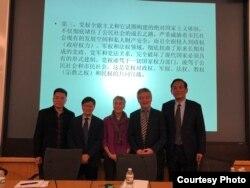 """参加哈佛大学""""改革开放40年:挑战和机遇""""系列研讨会的中国和美国学者,包括荣剑(右一)和贺卫方(右二)(荣剑推特照片)。"""