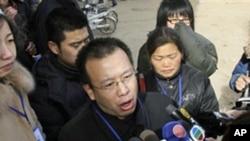 赵连海(中)在石家庄一家法院外向记者发表讲话(资料照片)