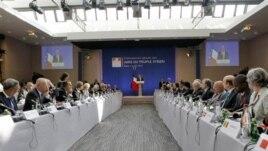 Tổng thống Pháp Francois Hollande đọc diễn văn khai mạc hội nghị của nhóm 'Những người bạn của Syria' ở Paris hôm 6/7/12