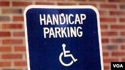 장애인 주차공간 안내표지판.