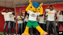 Para remaja Brazil menari di belakang mascot Piala Dunia Brazil 2014, armadillo, binatang yang dilindungi di negara itu, karena terancam punah (17/9/2012).